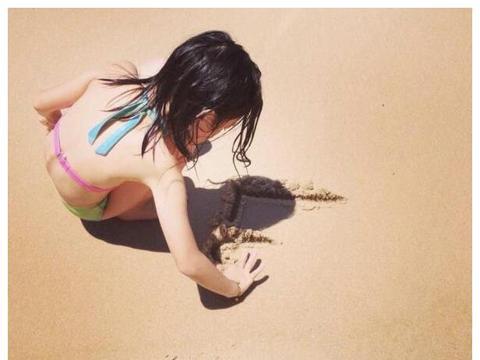 李嫣14岁生日,闺蜜发亲密照为其庆生,都是大长腿画风超甜