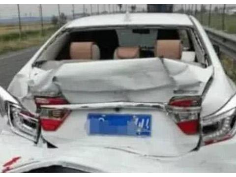 """又发现一辆""""纸糊车"""",汽车撞不过垃圾桶,网友:别吹""""吸能""""了"""