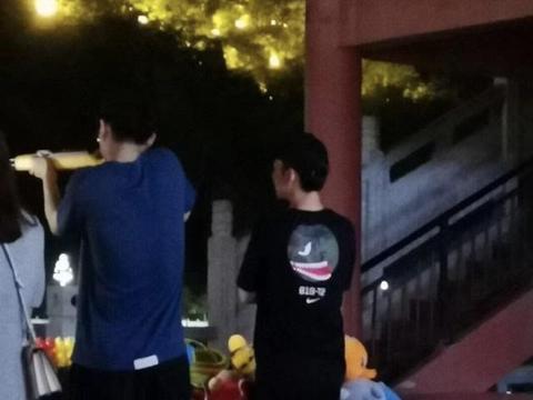 刘昊然和董子健现身街边打气球,穿搭休闲,举枪姿势标准超有范儿
