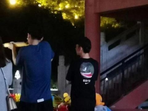 刘昊然和董子健现身街边打气球,穿搭休闲