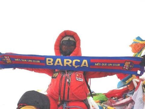 梅西都无法企及的高度!中国探险家历时50天,在珠峰展示巴萨围巾