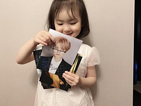 星二代也追星!范志毅小女儿收到鹿晗签名照,宝贝的不让爸爸碰