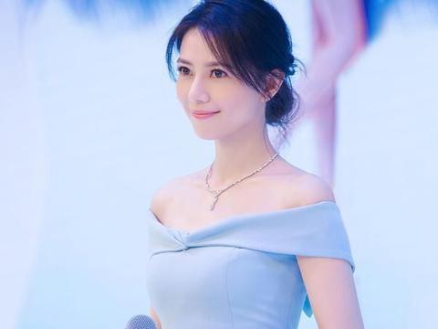 高圆圆的气质真是好,蓝色一字肩长裙好显白,看着高贵又大气