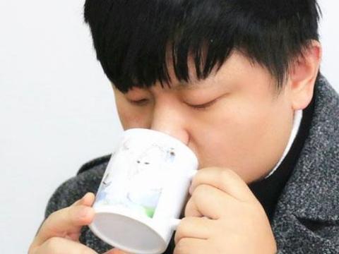 喝水的时候,热水凉水兑着喝有没有危害,看完后快告诉家人吧