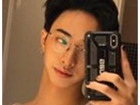 庾澄庆18岁儿子罕见曝光:就读名牌大学,男扮女装惹争议