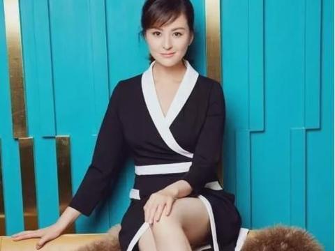 戴娇倩的时尚元素,一袭深V印花吊带黑裙,真是万分抢眼堪称完美