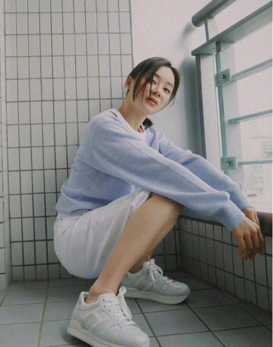 袁姗姗穿身运动装也能拍大片,随性搭配很高级,不仅遮肉还显腿长
