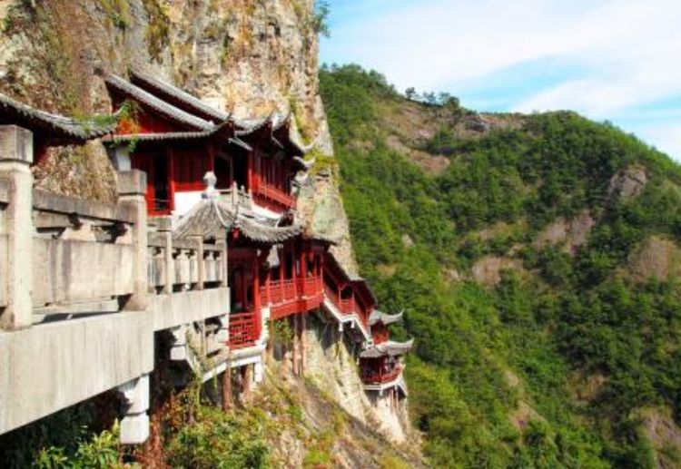 浙江的这处悬空寺,立于悬崖之上惊险无比,有着传奇的佛山