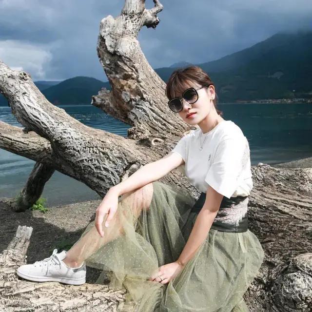 叶一茜穿白T配抹茶绿裙,空气刘海造型,俨然不像两个孩子的妈?