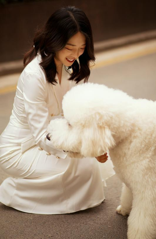 情侣拍婚纱照表情僵硬被嫌弃,抱出爱犬后立马逆袭