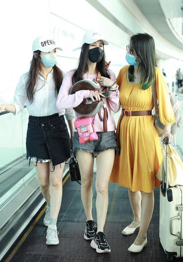 三位姐姐机场大出风头,张含韵精致黄圣依甜美,40岁阿朵温婉大气