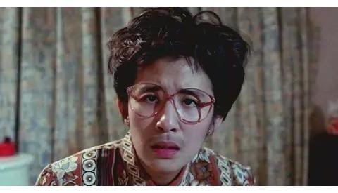 """""""谐星女王""""吴君如,身着帅气西装与刘嘉玲比美,两人不相上下"""