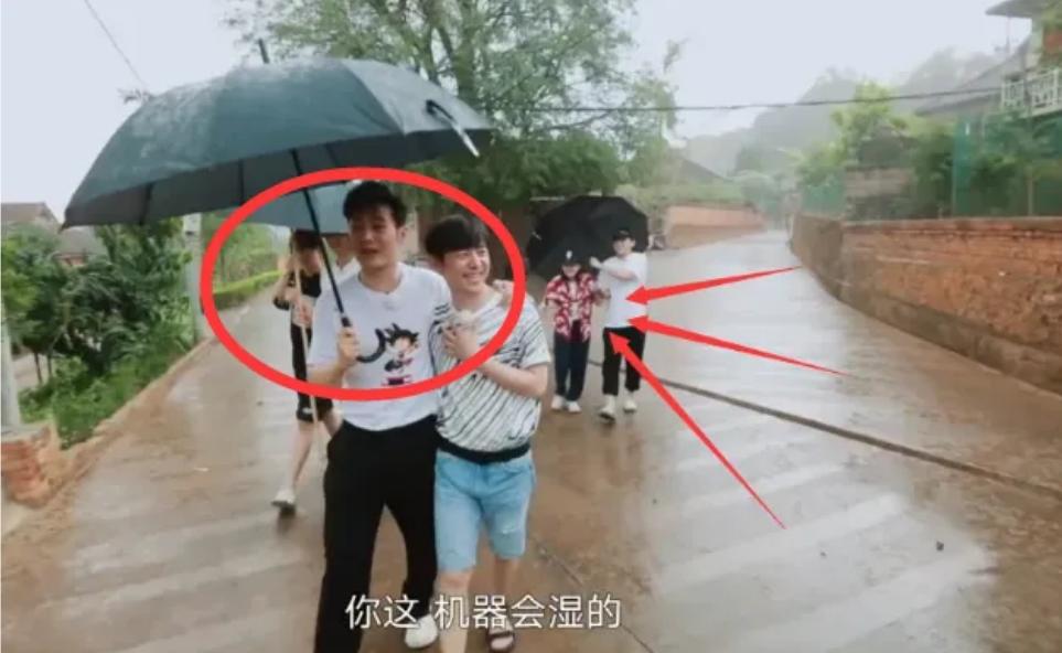 张子枫彭昱畅打把伞靠太近,这个细节谁注意到?网友:细节见人品