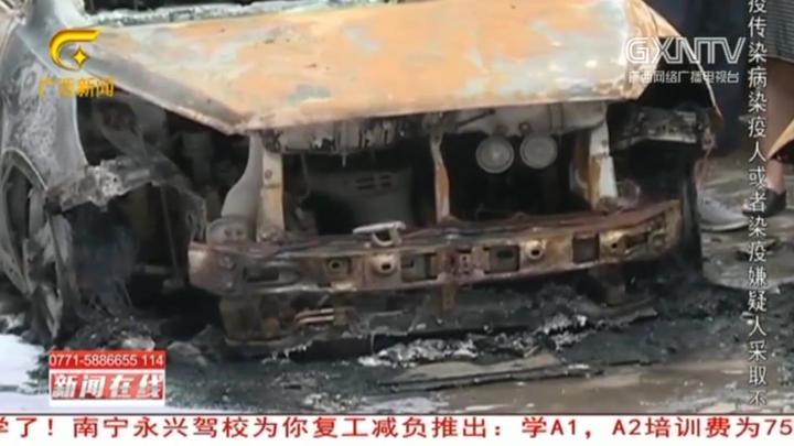 柳州:轿车停楼下突发自燃,不时传出爆炸声,周边车辆遭殃被烧毁