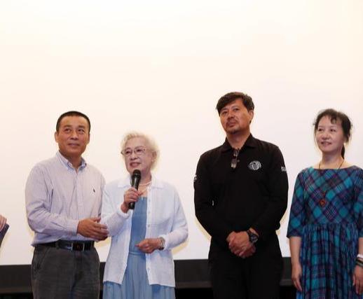 98岁秦怡美得高调,淡蓝色长裙配白色开衫,这才是真正的风韵犹存