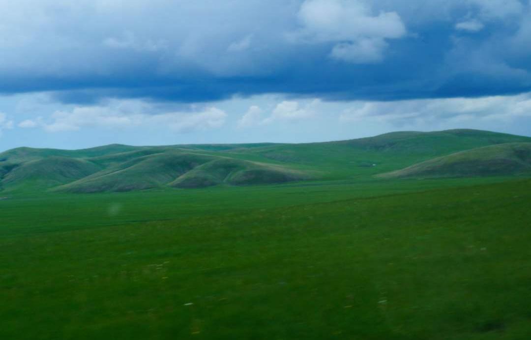 这里歌声嘹亮,这里是碧绿和湛蓝的结合,也是独具风情的大草原