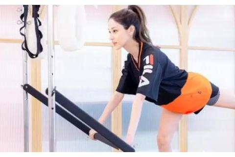陈凯琳怀着二胎在健身房做运动 孕肚不明显和四肢依旧纤细