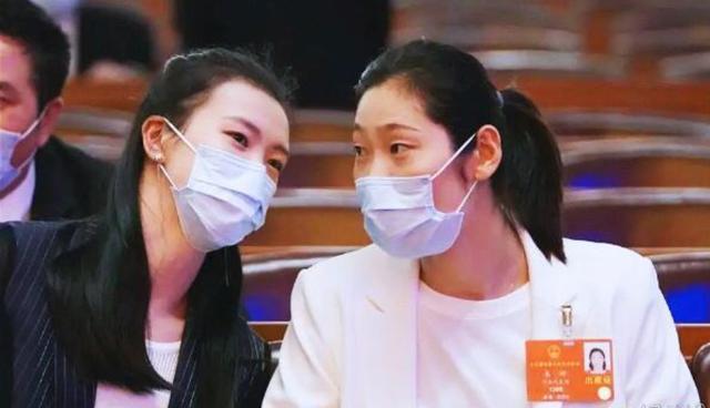 姐妹情深,女排2大国手参加会议有爱互动,举止亲昵其乐融融!