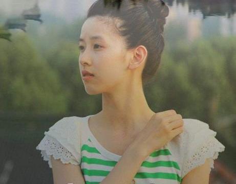 """章泽天被外国同学""""围堵"""",合照时的姿势获全网称赞,脾气忒好了"""