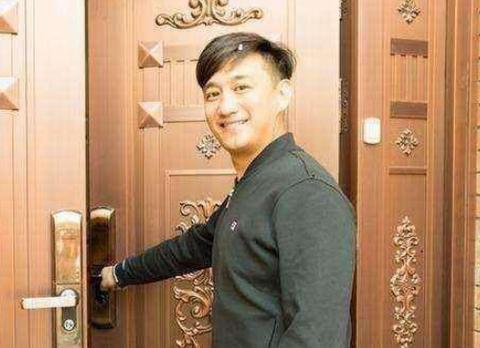 黄磊晒出自己住的豪宅,全屋装修金碧辉煌,连屋顶都是金色的
