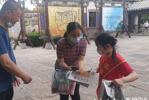齐鲁志愿者|奉献爱心,义卖报纸勇敢迈出第一步