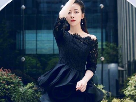 45岁的陈紫函不显老,穿黑色连衣裙配高跟鞋