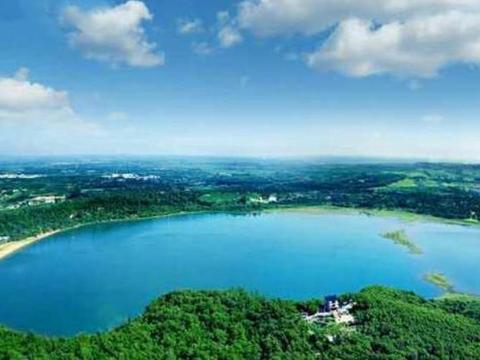 广东隐藏一处神奇湖泊,湖水由雨水和地下矿泉水组成,你见过吗