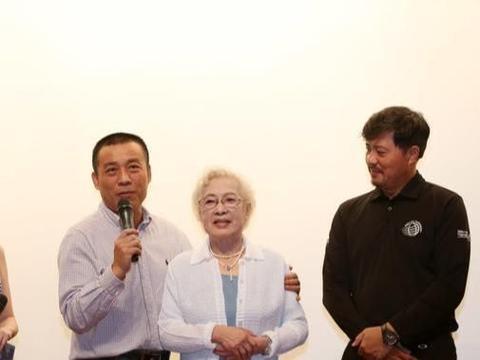 98岁秦怡美得高调,淡蓝色长裙配白色开衫