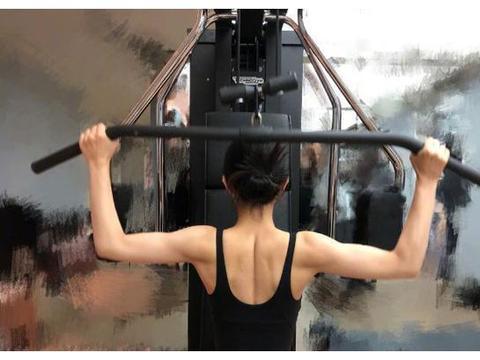 赵丽颖微博晒健身照,化身肌肉型辣妈,这身材简直就是健身达人