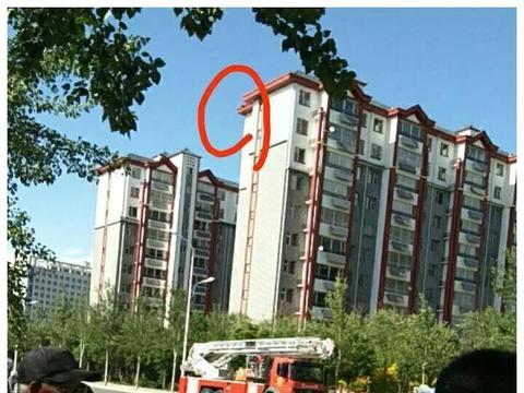 固原一女子坐在11楼楼顶欲轻生,消防员飞身扑救
