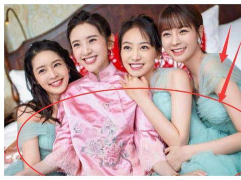 唐艺昕的青色伴娘服,陈妍希的粉色,只有杨颖的伴娘服最特殊!
