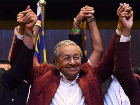 突发!马哈蒂尔和儿子都被开除党籍,他任总理时多次抨击特朗普