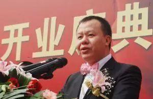 本来靠卖豆腐为生,老爸却告诉他在深圳有块地,如今身家285亿