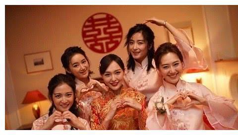 女星伴娘团:杨幂低调风,唐艺昕甜美风,只有她变成了伴娘的陪衬