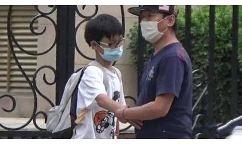 """陈羽凡离婚五年被拍""""团圆照"""",儿子摸老爸肚腩,白百何全程陪同"""