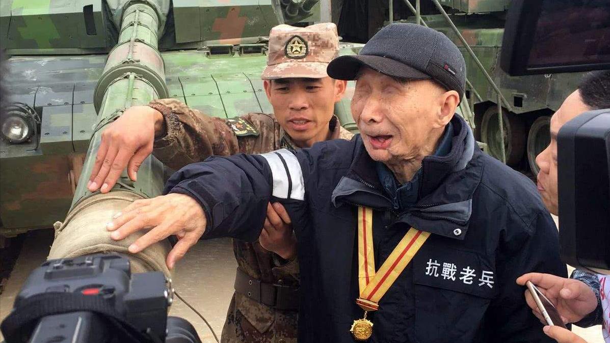 失明老兵隐姓埋名71年,94岁时提出一心愿,军队开出6辆坦克迎接