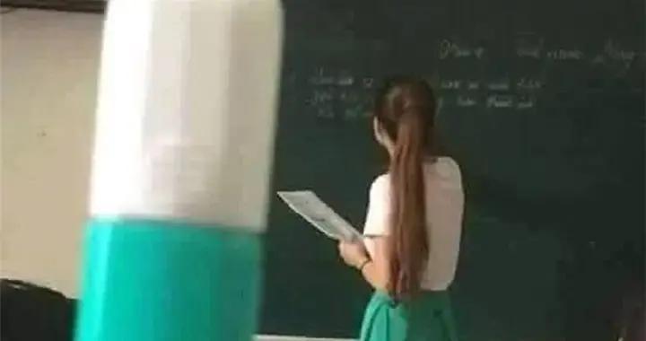 老师们的穿搭真难搞懂!一言不合就和文具撞衫,越看越像孪生姐妹