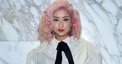 46岁徐濠萦这粉色摩卡波波头太惊艳,搭配衬衫喇叭裤,看完好想剪