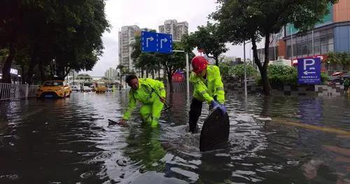 珠海:首个红色暴雨预警下,多条街道水浸
