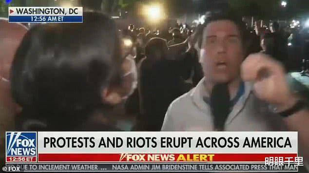 亲特朗普电视台记者在白宫前直播骚乱,被暴徒追打泼水、抢摄像机