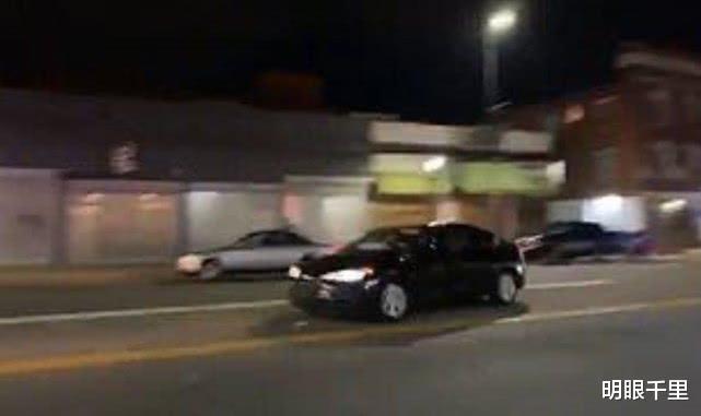 美国示威者全速飞驰撞向一辆警车,造成三名警察和平民严重受伤