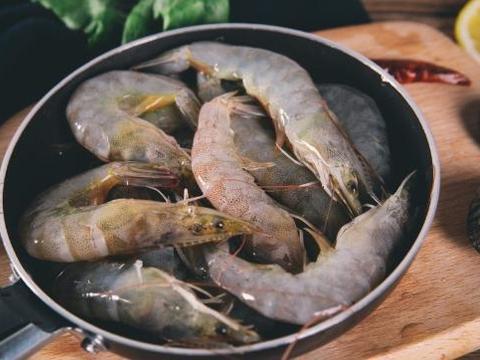 白灼虾,有人用热水,有人用冷水?老师傅教你一招,虾又嫩又好吃