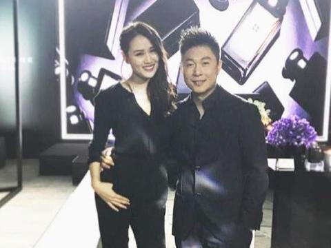 李小鹏携妻子李安琪高调亮相,都穿黑色情侣装,这明明是撒狗粮