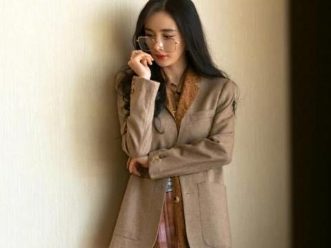 杨幂艺术穿搭显复古,身材高挑是行走的衣架子,不愧是女老板
