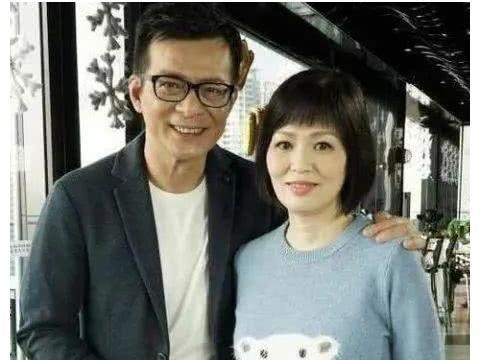 与惠红英、龚慈恩传绯闻的黄日华,为何最终情定梁洁华40年?