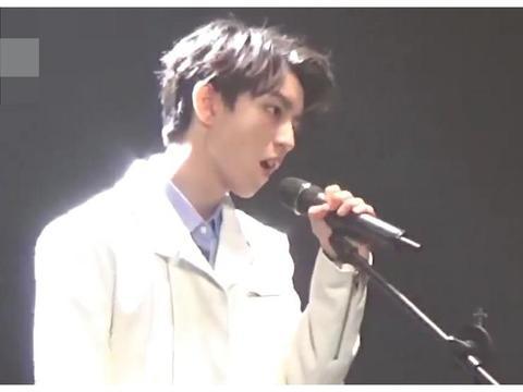 王俊凯弹钢琴的新视频发布,粉丝八倍镜挖出两首钢琴谱,厉害了!