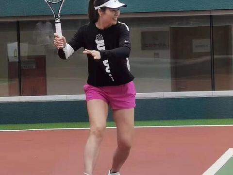 """李娜重返网球场与姜山对打,生二胎后""""逆生长""""38岁更明艳动人"""