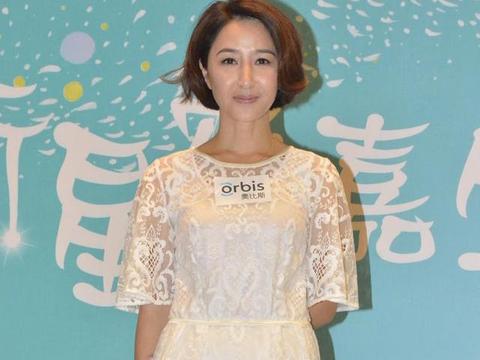 关咏荷果然是人生赢家,穿白色连衣裙配波波头,55岁惊艳了时光