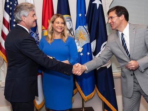 美国第77任海军部长宣誓就职,妻子常伴左右,是他的贤内助