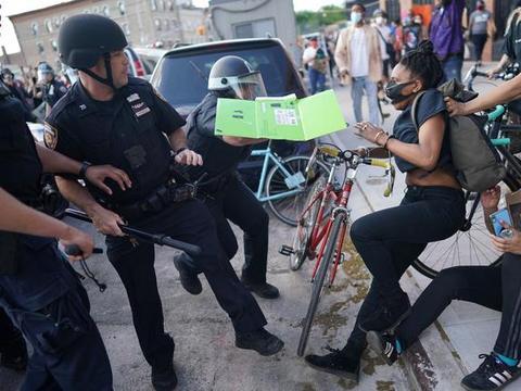 纽约警察与示威者发生激烈冲突,抗议人群向警察投掷燃烧弹和酒瓶